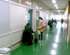 教室前で座席票と受験票のチェック