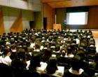 高校2年生 ホールで小論文講演会