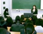 高校1年生理系 階段教室で卒業生講演会