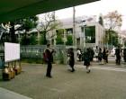 正門の前で記念撮影