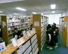 図書館 文学の棚が混んでいます