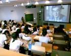 階段教室でビデオ