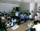 多目的室で食事をする中学生