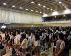 全校生徒がアリーナに集まり開会式
