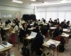 高2 各教室で修学旅行のアンケート記入