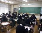 中3 教室で 修学旅行のアンケート記入