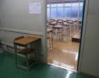 教室の入り口で受験票を確認します