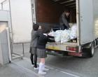 回収車に積み込む中学生徒会役員
