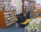 閲覧室では中学生が読書