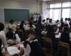中3 自教室で平和学習のグループ討論
